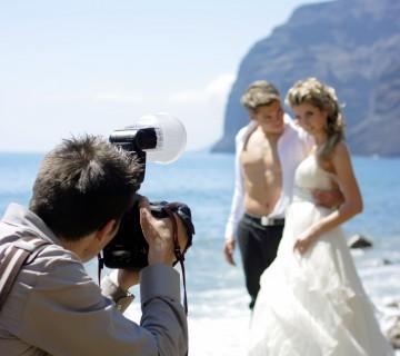 fotograf na plaži fotografira ženina in nevesto