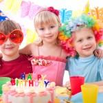 otroci praznujejo rojstni dan