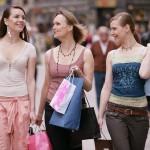 Prijateljice z nakupovalnimi vrečkami
