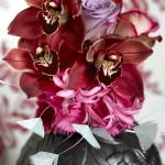šopek cimbidijev orhidej in drugega cvetja