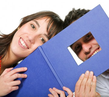študentski par s fotoknjigo