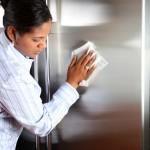 ženska čisti hladilnik iz nerjavečega jekla