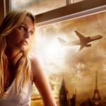 ženska pri oknu, v ozadju letalo na nebu