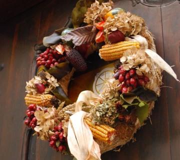 venček s koruzo, suhim listjem in rožami