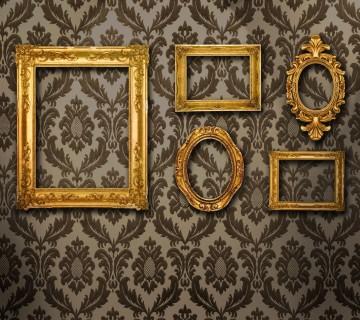 prazni okvirji na vzorčasti steni