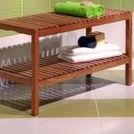 lesena klop na belih in zelenih ploščicah v kopalnici
