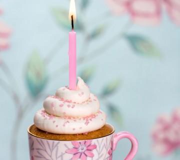 mini tortica s svečko v skodelici