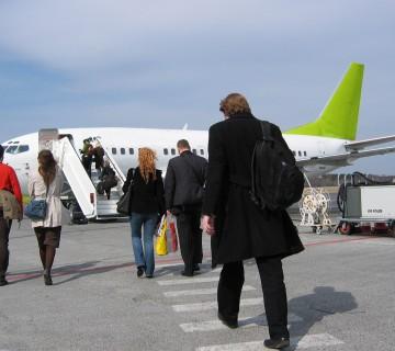 potniki hodijo proti letalu