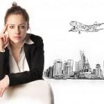 ženska z risbo letala v ozadju