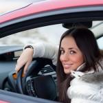 mlada ženska v avtu