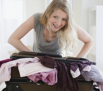 ženska skuša zapreti prepoln kovček