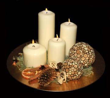 bele svečke in okrasje na krožniku