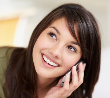 ženska z mobilnim telefonom