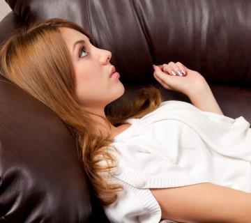 ženska leži na usnjeni sedežni