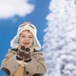 toplo oblečen  nasmejan deček