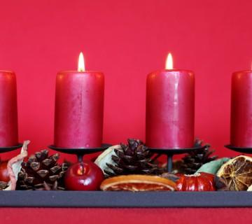 svečki ena poleg druge, storži in sadje