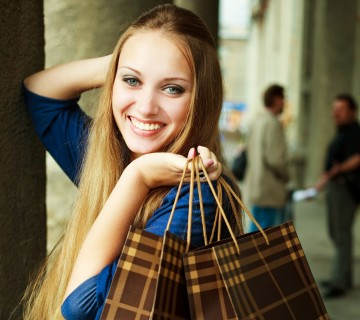 ženska z nakupovalnimi vrečkami