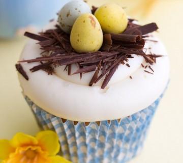 mini tortica v obliki gnezda z jajci za veliko noč