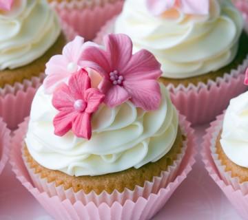 poročna mini tortica z rožnatimi cvetovi
