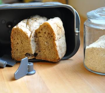Posoda avtomata za peko kruha in kruh v njej
