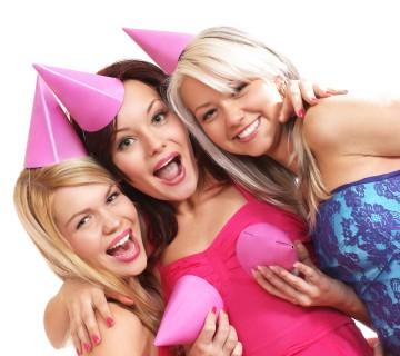 tri smešne ženske s klobučki - tudi na prsih