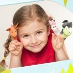 deklica s prstnimi lutkami
