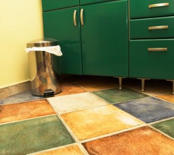 koš za smeti na tleh v kuhinji