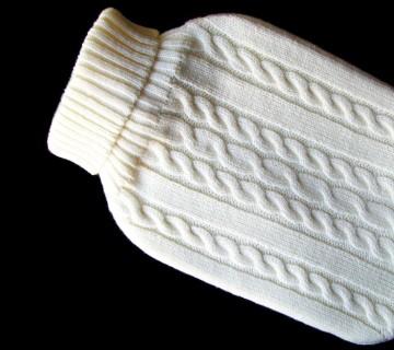 termofor v pletenem puloverju