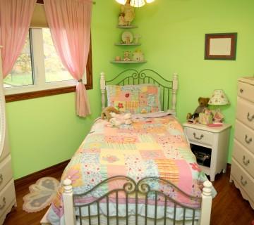 postelja v kičasti otroški sobi
