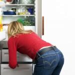 ženska nekaj išče v hladilniku