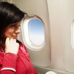 ženska ob oknu na letalu
