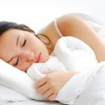 ženska v beli postelji