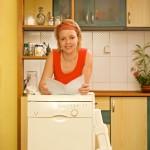 ženska bere navodila za pomivalni stroj