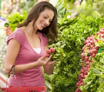 ženska kupuje zelenjavo