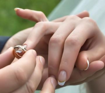 detajl izmenjave prstanov
