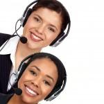 nasmejani ženski s telefonskimi slušalkami