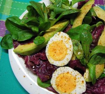 solata z jajcem in avokadom