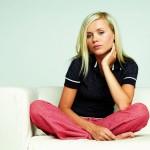 ženska v pižami na kavču