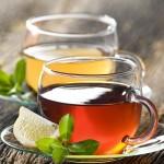 skodelici s čajem
