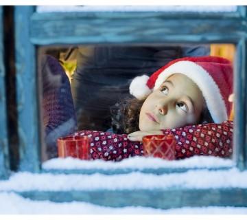deklica gleda skozi okno