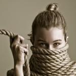 portret ženske, ovite v vrv