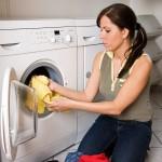 ženska daje perilo v stroj