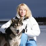 ženska v gore-tex jaknis psom