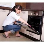ženska čisti pečico