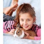 deklica z zajčkom