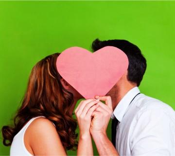 poljub, skrit za srcem iz papirja