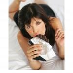 ženska grize čokolado