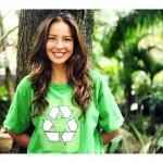 ženska v majici z logom recikliranja