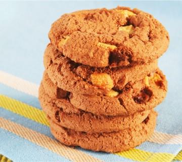 piškoti s koščki čokolade in arašidovim maslom