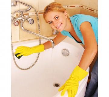 ženska čisti kad